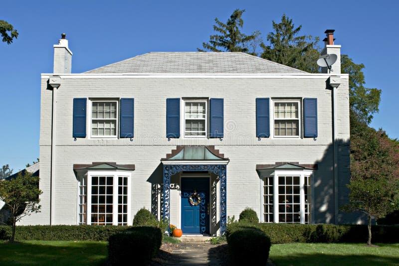 Casa gris con acentos azules foto de archivo