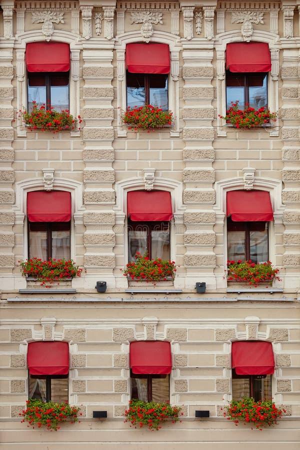 Casa hermosa con las ventanas y las flores foto de archivo libre de regalías