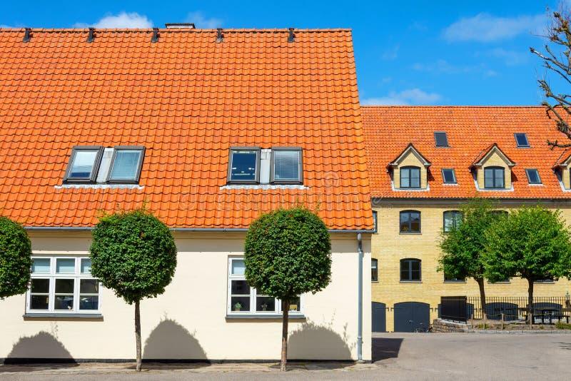 Casa hermosa con un tejado anaranjado dinamarca copenhague Configuraci?n fotos de archivo