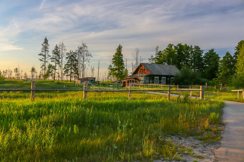 casa hermosa en el campo en una tarde del verano fotos de archivo