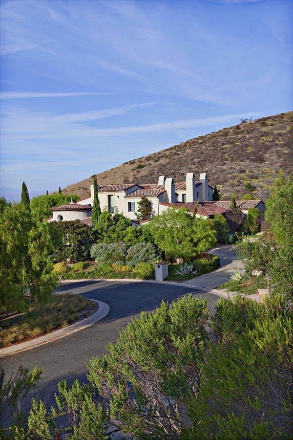 Casa hermosa en una colina por un camino imagenes de archivo