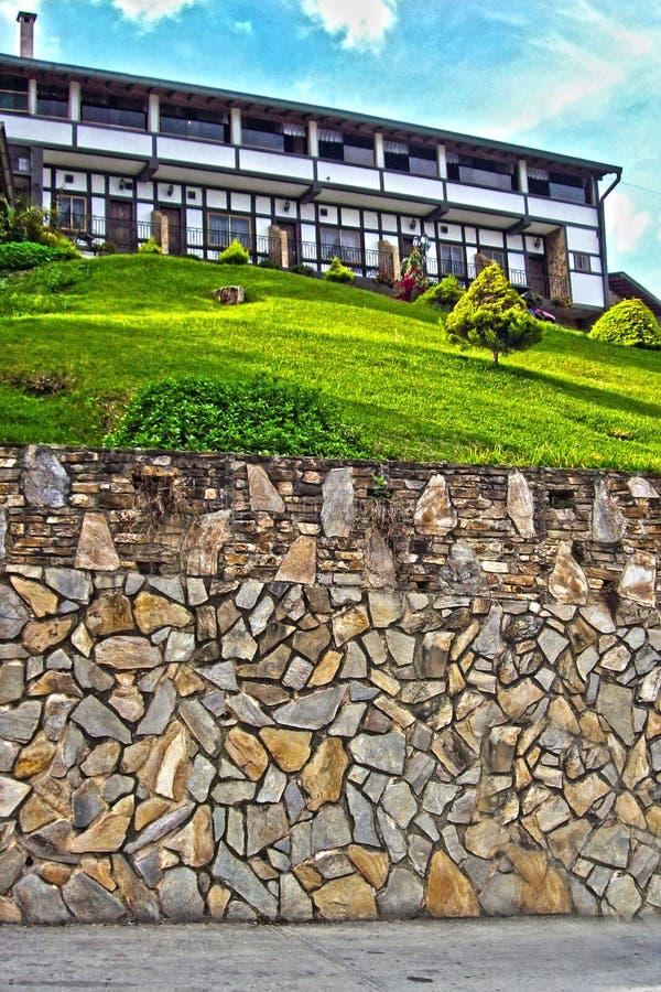 Casa hermosa encima de una colina fotos de archivo