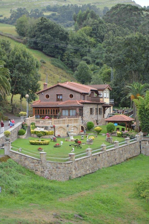 Casa hermosa exquisitamente adornada con diversas plantas al lado del río Miera en Lierganes 24 de agosto de 2013 Lierganes, fotografía de archivo libre de regalías