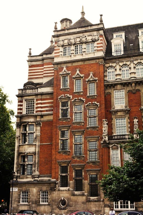 Casa hermosa vieja de Edwardian hecha de ladrillo rojo en el centro de Londres imágenes de archivo libres de regalías