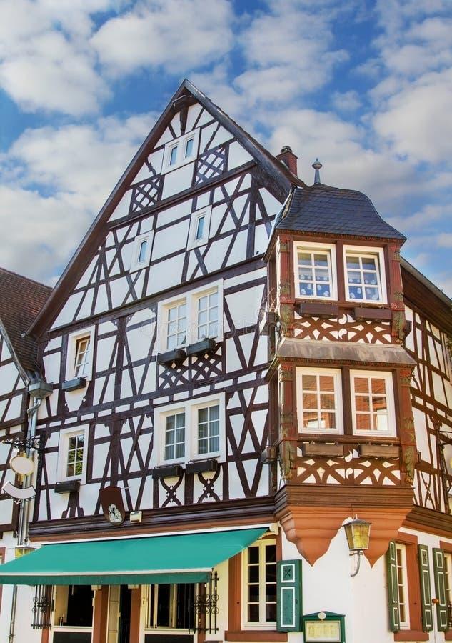Casa histórica con la construcción del marco de madera fotografía de archivo