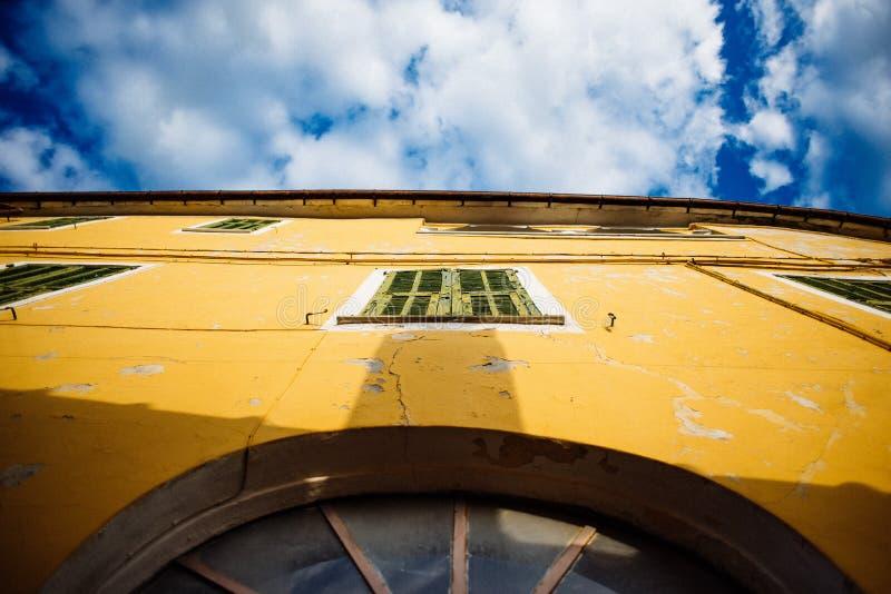 casa histórica italiana antigua tomado de debajo con el cielo azul fotos de archivo libres de regalías