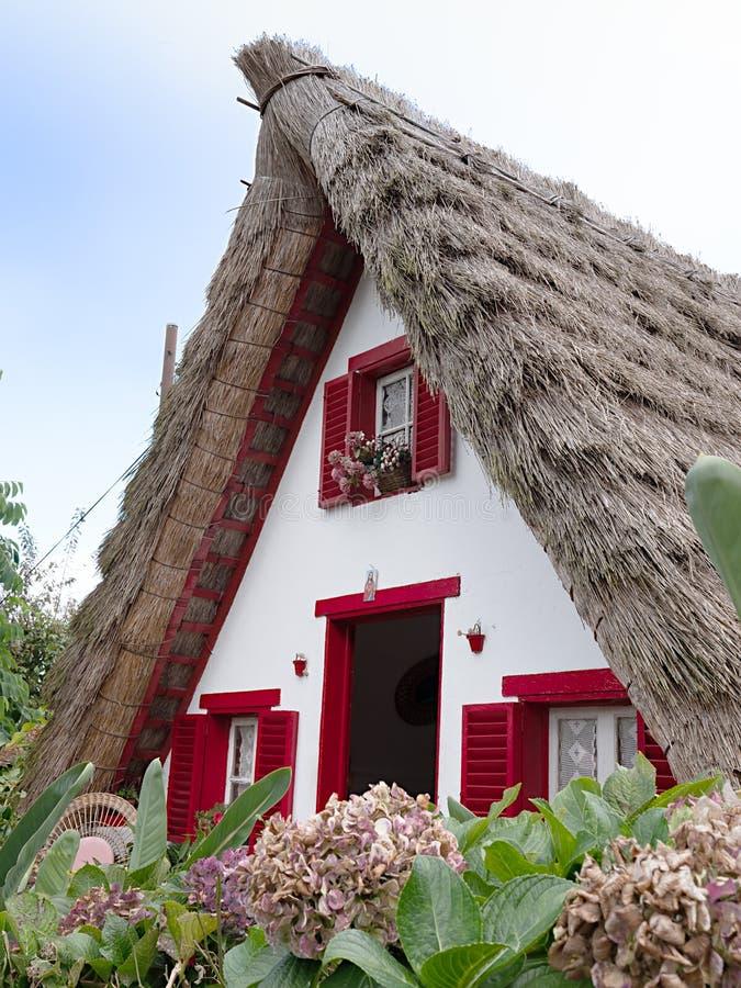 Casa histórica tradicional na vila Santana, Madeira foto de stock