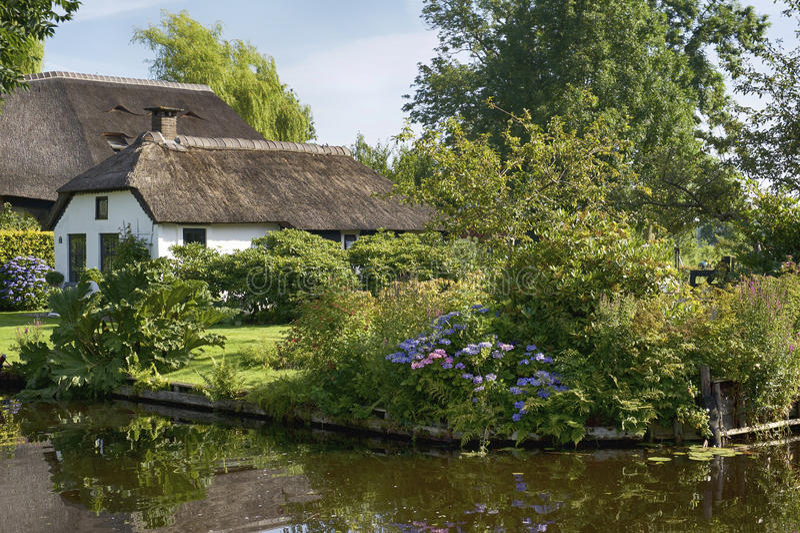Casa holandesa histórica em Giethoorn foto de stock
