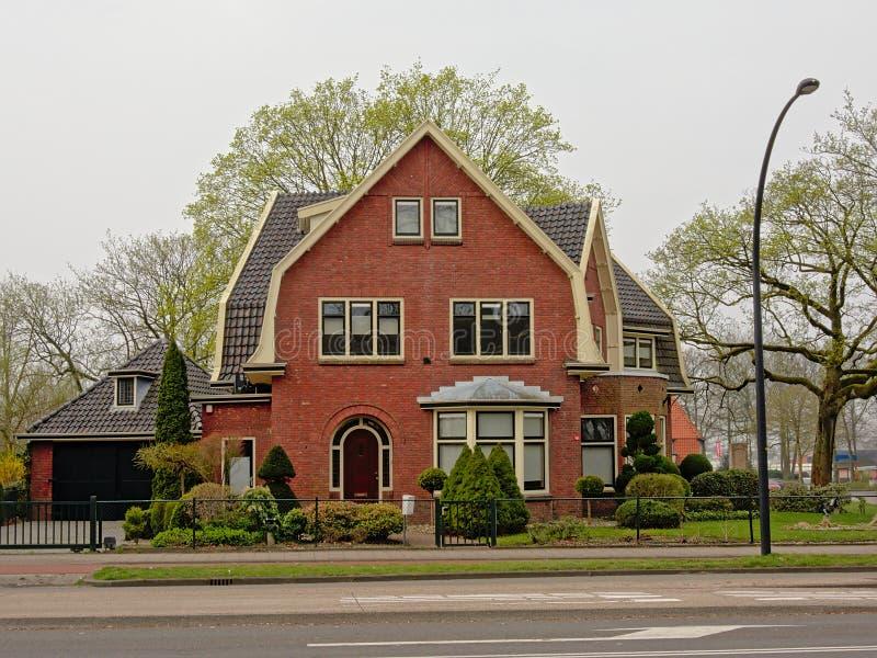 Casa holandesa suburbana típica com jardim dianteiro foto de stock royalty free