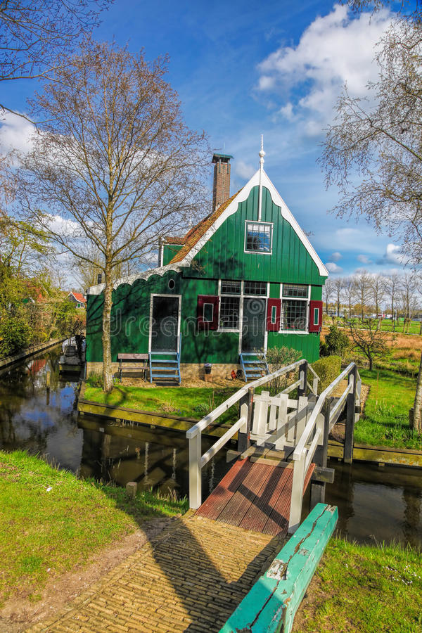 Casa holandesa tradicional com fim do canal a Amsterdão, Holanda foto de stock