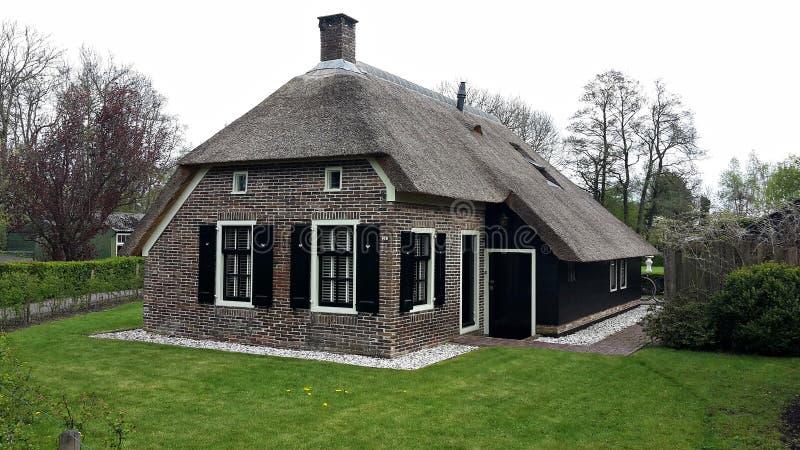 Casa holandesa tradicional em Giethoorn, Países Baixos imagem de stock royalty free