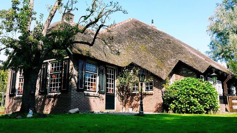 Casa holandesa tradicional em Giethoorn, Países Baixos fotografia de stock