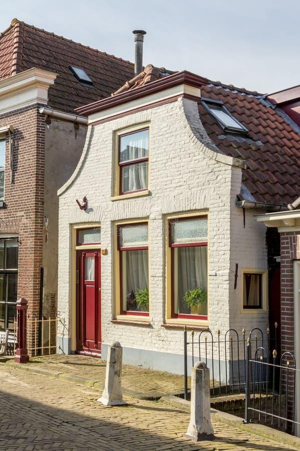 Casa holandesa tradicional em uma vila pequena imagens de stock