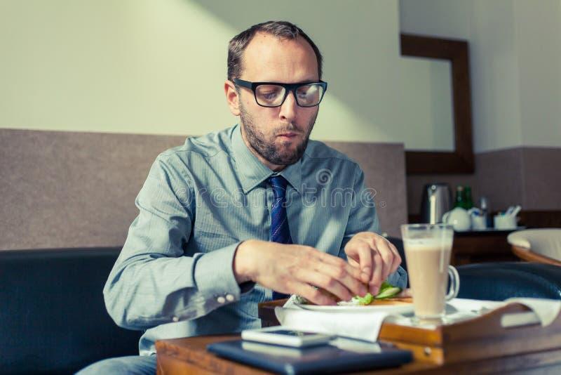 A casa/hotel della prima colazione di cibo dell'uomo d'affari Foto dell'interno immagine stock libera da diritti