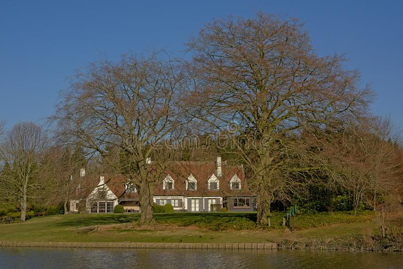 Casa idilliaca del wite lungo il fiume Lys in Fiandre, Belgio fotografie stock libere da diritti