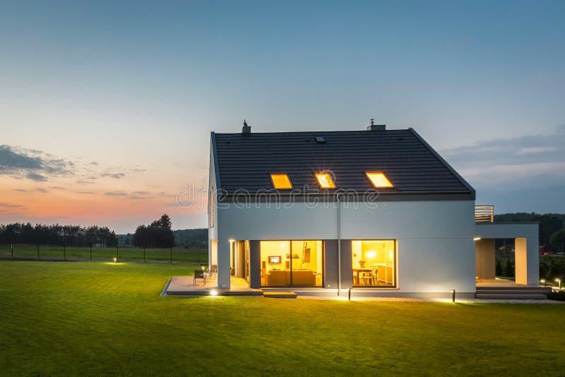 Casa illuminata al crepuscolo fotografia stock