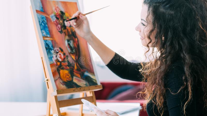 Casa imóvel da pintura da vida da senhora talentoso do passatempo da arte imagem de stock