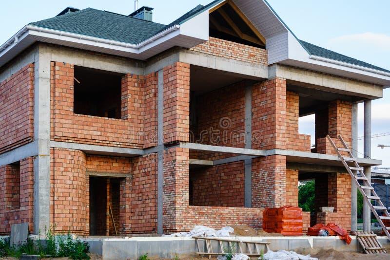 Casa inacabado do tijolo, ainda sob a construção imagens de stock royalty free