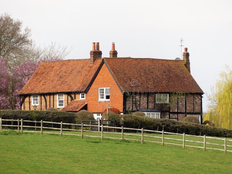 Casa inglesa de la granja del país rodeada por los campos imágenes de archivo libres de regalías