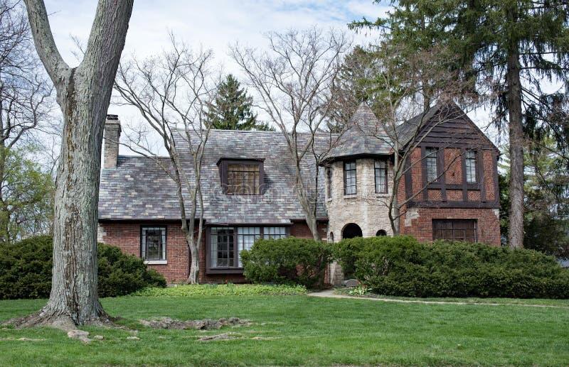 Casa inglesa del estilo con la torrecilla de piedra foto de archivo