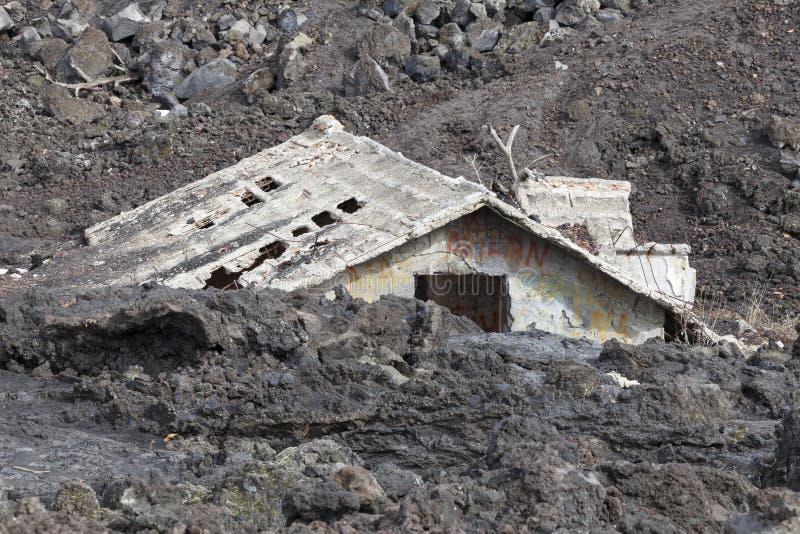 Casa inundada debajo de la lava fotos de archivo