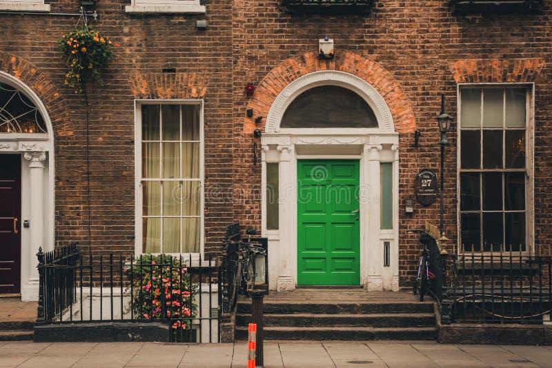 Casa irlandesa tradicional na rua de Dublin fotografia de stock