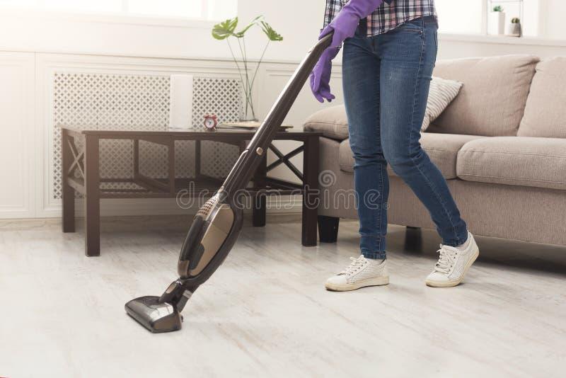 Casa irreconhecível da limpeza da mulher com aspirador de p30 imagens de stock royalty free