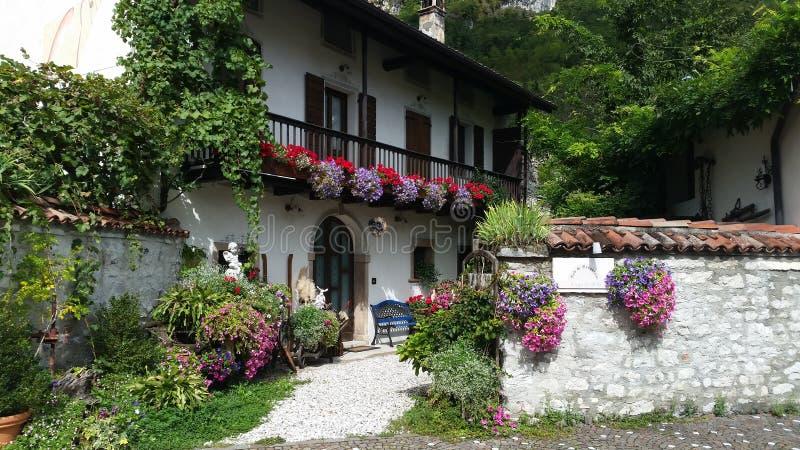 Casa italiana con i fiori immagini stock