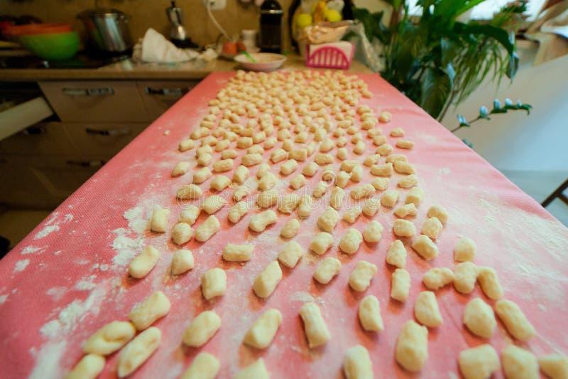 Casa italiana do gnocchi da batata feita fotos de stock royalty free