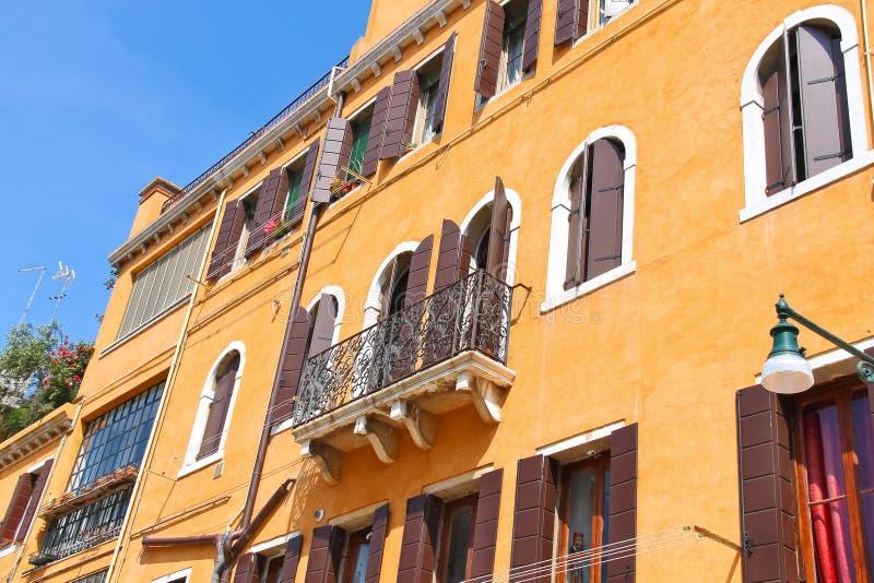 Download Casa italiana pintoresca foto de archivo. Imagen de adornado - 42433278