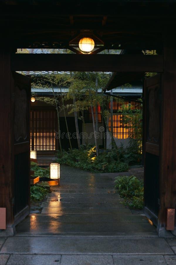Casa japonesa con el jardín y las luces fotografía de archivo