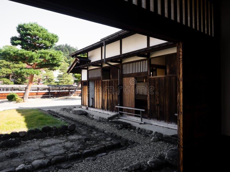 Casa japonesa tradicional con el jardín fotos de archivo