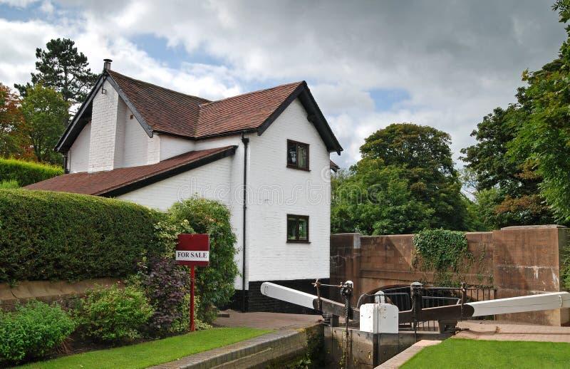 Casa laterale del canale da vendere fotografia stock libera da diritti