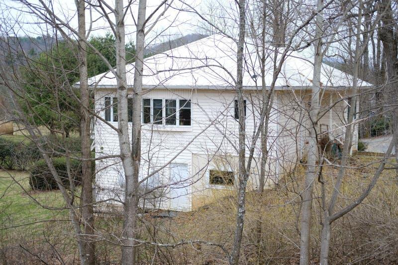Casa laterale del paese su una montagna immagine stock libera da diritti