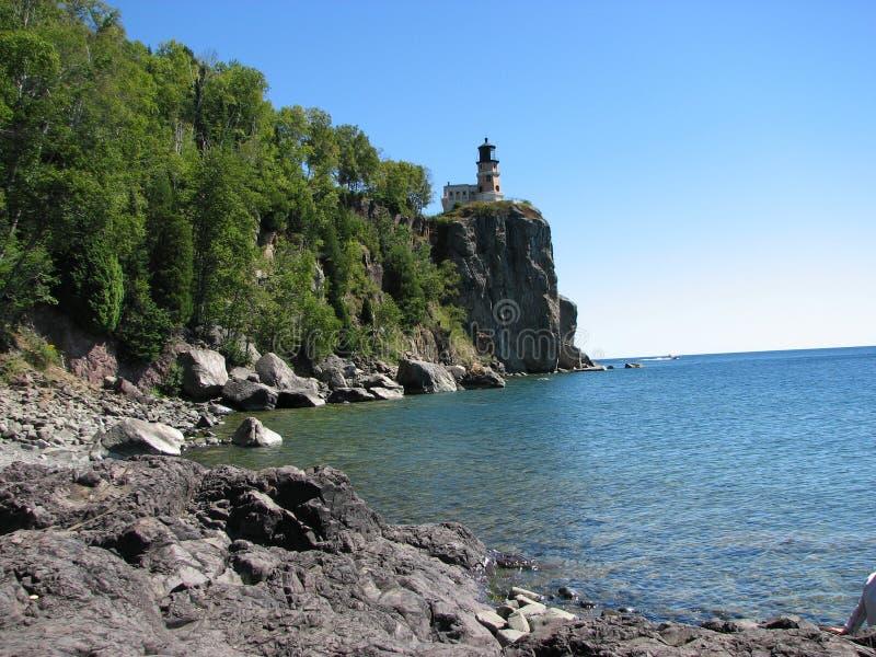 Casa ligera de la roca partida imagen de archivo