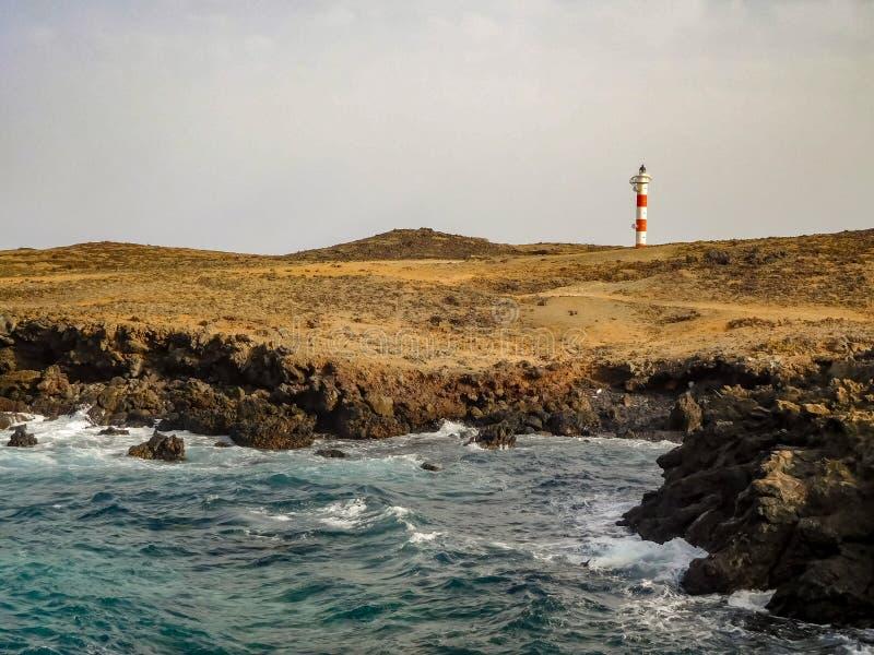 Casa ligera a lo largo de la orilla con los acantilados en Tenerife España imagenes de archivo