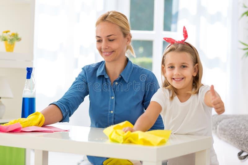Casa limpa do sucesso da filha e da mulher fotografia de stock