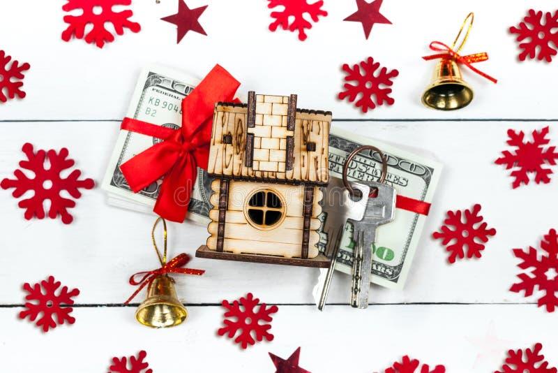 Casa, llaves y una pila de billetes de banco - la idea de un regalo para el Ch fotografía de archivo libre de regalías
