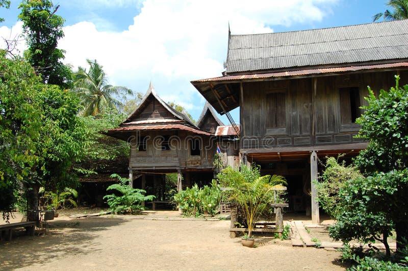Casa local antiga tailandesa no saraburi imagens de stock