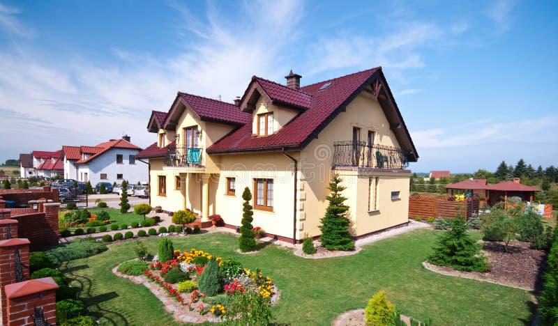 Casa lussuosa e giardino immagine stock libera da diritti