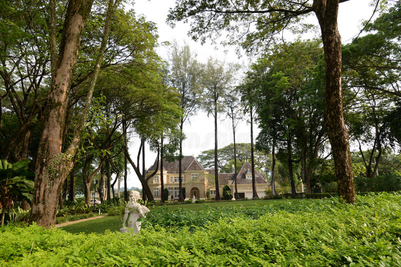 Casa lussuosa e giardino fotografia stock libera da diritti