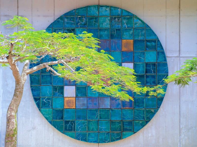 Casa luxuosa arquitetónica abstrata do fundo da cor verde da árvore da parede do teste padrão imagem de stock