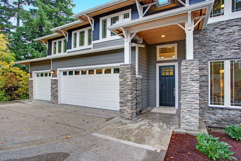 Casa luxuosa da construção nova com o tapume de pedra do folheado fotografia de stock royalty free