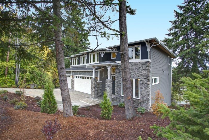 Casa luxuosa da construção nova com o tapume de pedra do folheado imagens de stock