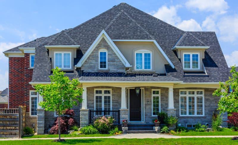 Casa luxuosa feito por encomenda nos subúrbios de Toronto, Canadá imagens de stock royalty free