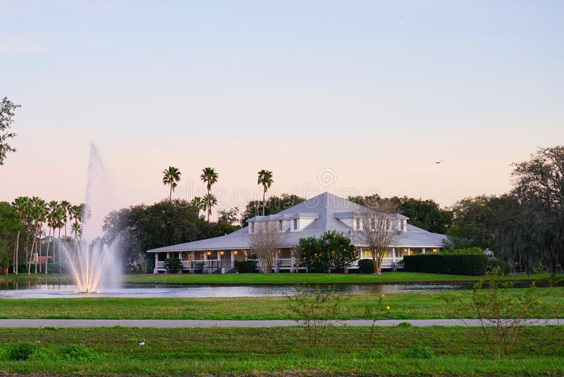 Casa luxuosa grande com a fonte de água bonita foto de stock