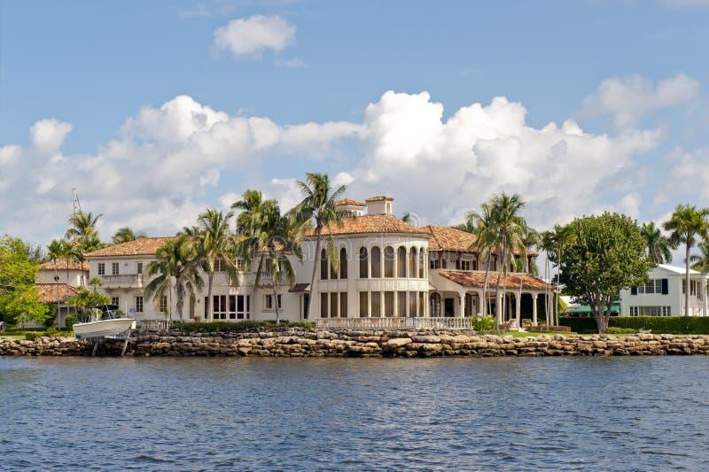 Casa luxuosa no canal imagens de stock royalty free