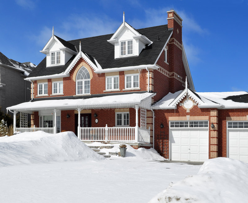 Casa luxuosa no inverno imagens de stock royalty free