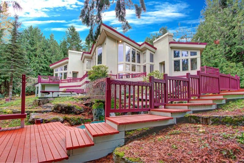 Casa luxuoso exterior com grande Windows fotografia de stock