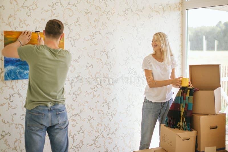 Casa móvil Imagen de la ejecución de los pares en la pared en nuevo hogar fotografía de archivo libre de regalías